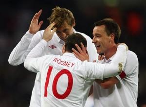 Товарищи по сборной поздравляют Руни с голом в ворота Словакии