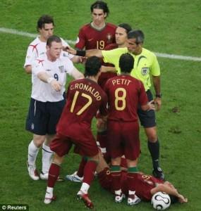 Руни грубо сыграл против игрока Португалии
